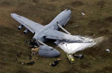 Грузовой самолет американских ВВС потерпел крушение.