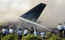 Самолет , совершавший рейс GA-200 из индонезийскойстолицы в Джокьякарту, загорелся при посадке.