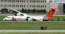 Пассажирский самолет съехал со взлетно-посадочной полосы