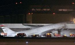 Самолет А-340 врезался в ограждение во французском аэропорту