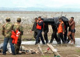 Nicararaguan soldiers participate in the retrieval of the bodies of the victims of an air crash near the Xolotlan Lake, Nicaragua, on June 20, 2013. German Miranda/AFP
