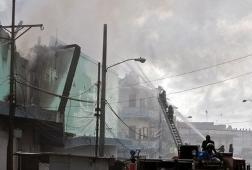 Вертолетът UH-1N се блъснал в сграда и разпилял на парчета по оживена улица в 12:10 ч. местно време. Снимка: (AFP/Elmer Martinez)