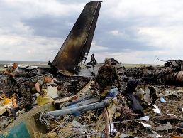 Self-defense forces search for ammunition at the site of the crash of the Il-76 Ukrainian army transport plane in Luhansk, June 14, 2014.(Reuters/Shamil Zhumatov)